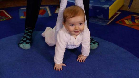 bebé con cabestrillo gateo